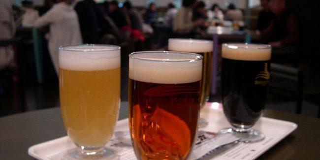 Es el momento de tomarse una cerveza bien fresquita. Y nada mejor que hacerlo junto al mar de Ibiza....